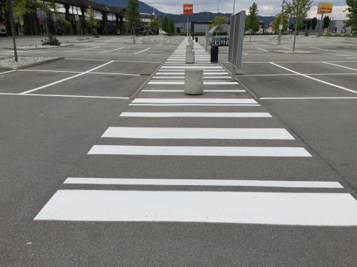 Schutzwegmarkierung und Parkplatzmarkierung
